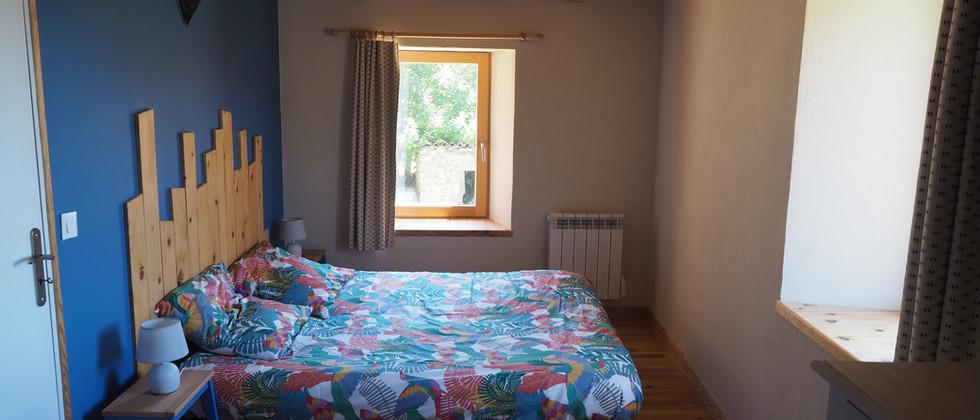 Chambre à grand lit meublé tourisme