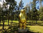 Escultura de um urso dourado na fundação Pablo Atchugarry no Uruguai