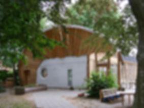 Off_grid_hus_med_grønt_tæt_på_.jpg