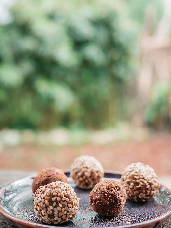 Un snack sain et gourmand, c'est ce que je vous propose avec ces energy balls. Parfaite après l'entrainement de sport pour refaire le plein d'énergie ou pour le petit coup de barre de 10h. Un encas sain et vegan, une recette vegan avec des dattes, des amandes enrobées de sésame ou de chocolat. Une version noix de coco est possible aussi. Le blog de cuisine végétarienne radis et compagnie vous propose cette recette vegan de snack sucré à emporter partout