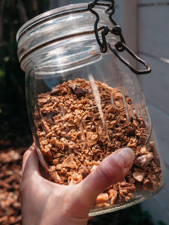 Une nouvelle recette du blog de recettes healthy et vegan radis et compagnie pour un petit déjeuner sain, nutritif et gourmand : un muesli maison, sain, vegan, gourmand. Avec des amandes, noix, noisettes, noix de cajou, raisins secs, abricots, noix de coco, cannelle, chocolat, chocolat noir, flocons d'avoine, flocons de sarrasin et canneberge. Un muesli vegan sans gluten pour un petit déjeuner sans gluten sur le blog de cuisine vegan radis et compagnie