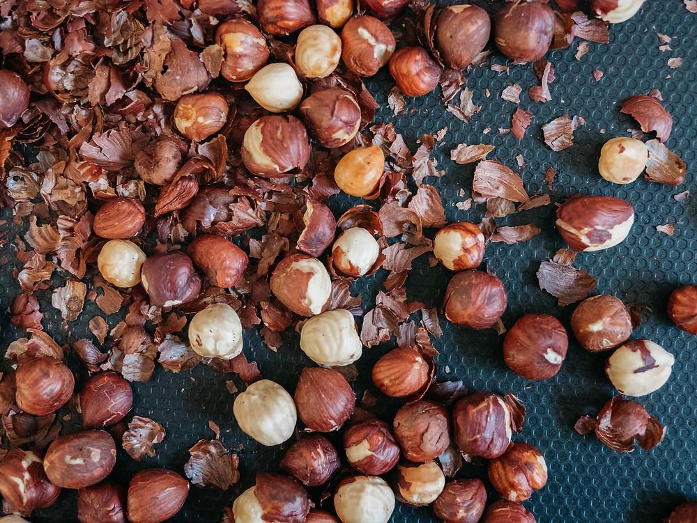Une nouvelle recettes healthy et vegan du blog de cuisine végétarienne radis et compagnie : la purée de noisettes maison. Possible également de faire une purée d'amandes maison 100% healthy sans sucre ni huile ajouté. Naturellement vegan, cette recette de purée d'oléagineux est parfaite pour réaliser des pâtes à tartiner maison 100% gourmande et healthy