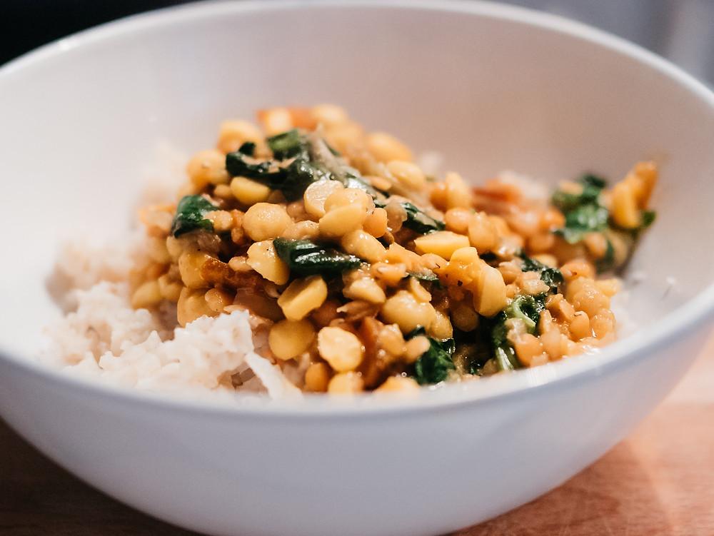 Une nouvelle recette vegan et healthy du blog de cuisine végétarienne radis et compagnie, un dahl de lentilles corail aux épinards et riz complet. Des épices, des protéines végétales, du riz complet, ce plat indien vegan est un plat complet, pleins de saveurs et réconfortants. Pour faire le plein de protéines végétales lorsqu'on est vegan, ce dahl de lentilles est parfait.