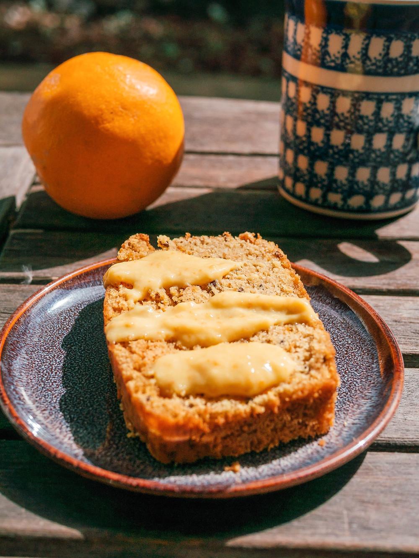 Une nouvelle recette de radis et compagnie avec ce cake vegan, cake sans gluten à l'orange. Ce cake sucré sans gluten est parfait pour le petit déjeuner ou le gouter, attention la farine de riz a un IG assez élevé, la glycémie va donc monter assez vite. Mais ce cake vegan reste très léger grâce à son 0% de matières grasses et le peu de farine de blé. Une recette du blog de cuisine végétarienne radis et compagnie, une recette vegan et healhty de cake sucré vegan et sans gluten.