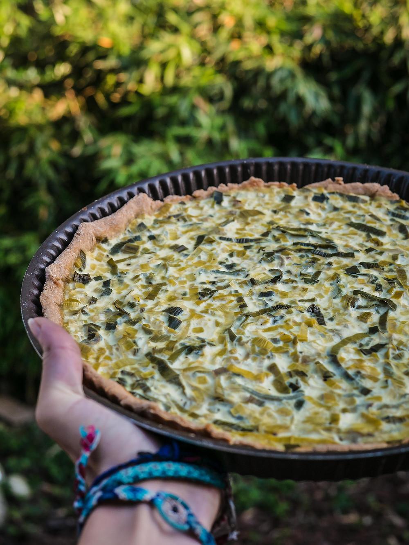 Une nouvelle recette du blog de cuisine végétarienne, recettes healthy et vegan avec une quiche aux poireaux vegan et une pâte brisée sans gluten à la farine de pois chiche et farine de riz. Une recette vegan saine et délicieuse avec des poireaux, du tofu soyeux. Une recette de tarte salée vegan simple et gourmande.