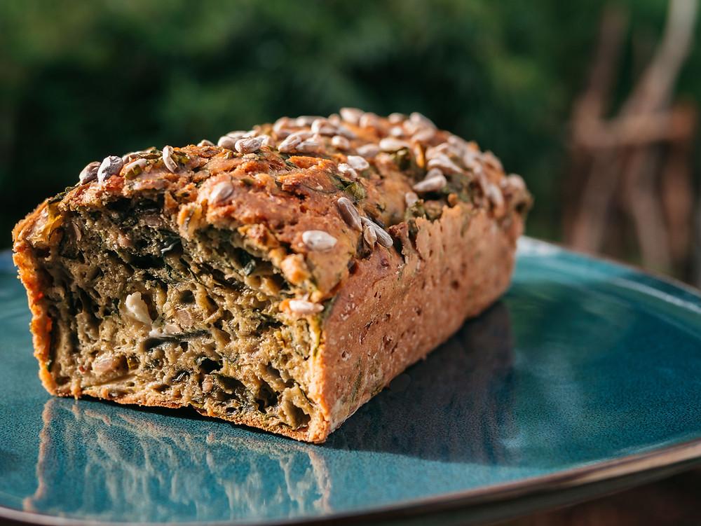 Une nouvelle recette sans gluten du blog de cuisine végétarienne et de cuisine vegan radis et compagnie : un cake sans gluten aux légumes et aux graines de tournesol. La farine de pois chiche et les légumes donnent un cake léger et sans gluten pour les apéros healthy de cet été. Une recette végétarienne (adaptable vegan) healthy et saine pour un cake sans gluten.