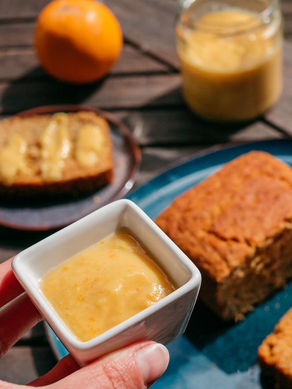 Une recette vegan de crème à l'orange peu sucrée. Cette recette vegan de crème à l'orange se marie très bien avec un cake à l'orange ou un gâteau au chocolat. Vous pouvez aussi l'utiliser en sur un fond de tarte sablée pour en faire une tarte à l'orange vegan et sans sucres raffinés.