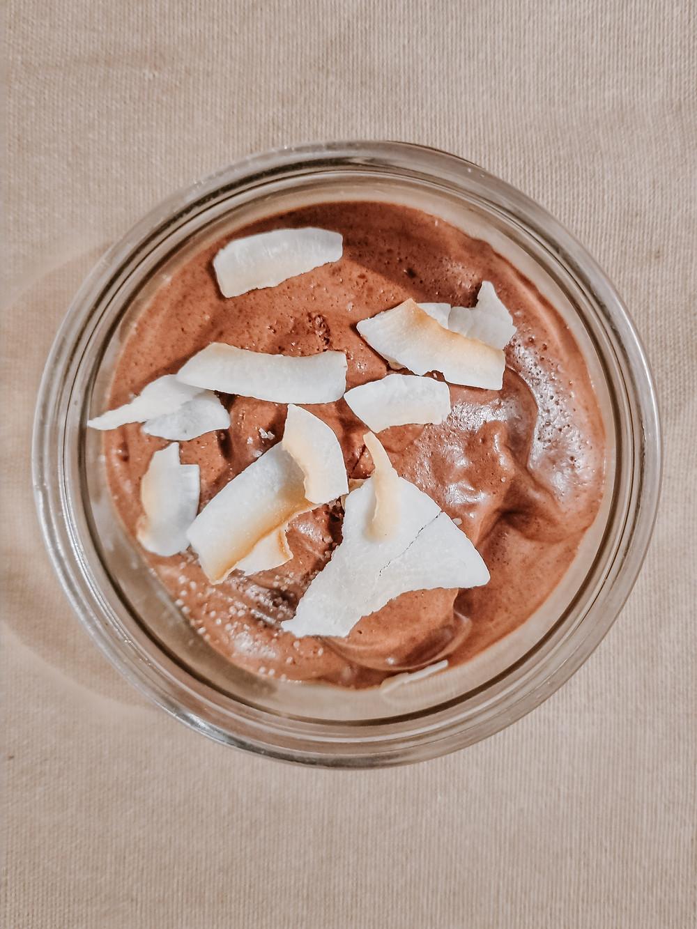 Mousse au chocolat vegan, sans oeuf ni sucre, recette vegan de radis et compagnie, le blog de recette végétarienne et healthy. Mousse au chocolat vegan avec ses copeaux de noix de coco et une pincée de sel