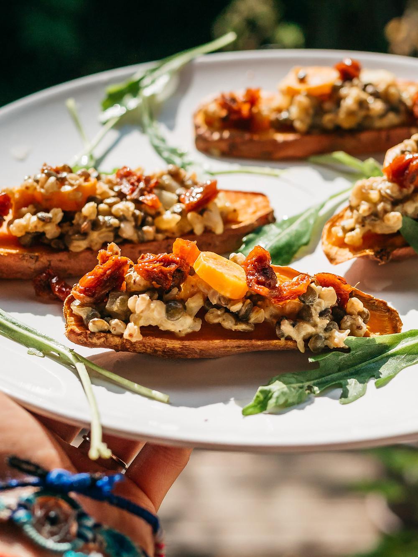 Recette salée sans gluten et vegan du blog cuisine végétarienne et vegan radis et compagnie. Des tartines de patate douce avec sa salade de sarrasin et pois chiche aux tomates séchées et olives. Une recette vegan, sans gluten et healthy pour le déjeuner, l'apéro ou le diner. Pour un apéro vegan healthy et sans gluten