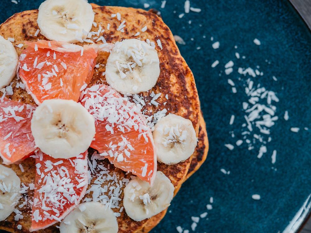Une recette de pancake vegan aux fruits et noix de coco. Une recette de petit déjeuner vegan et healthy. Une recette de collation vegan, healthy, sans oeufs, sans lait, sans gluten, Cette recette vegan de pancake à la patate douce est un franc succès. Parfait pour le petit déjeuner ou au gouter, cette recette végétarienne peut se préparer à l'avance. Le blog cuisine végétarienne et cuisine vegan radis et compagnie vous propose cette recette vegan de pancake vegan
