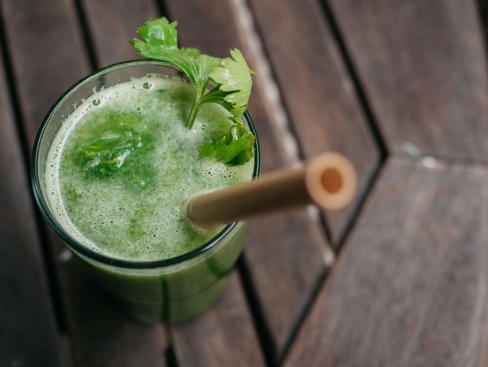 Une recette de jus vert détox du blog de cuisine végétarienne et vegan radis et compagnie, un jus vert au céleri, concombre et citron. C'est une recette vegan et healthy pour retrouver tonus et se rafraichir tout en légèreté cet été.