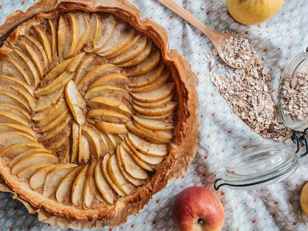 Nouvelle recette du blog de recettes végétariennes et vegan radis et compagnie, une Tarte aux pommes vegan sans sucre ajouté. Avec de la compote de pommes sans sucre ajouté, de la purée d'amandes pour de bons lipides et des pommes bio. De la cannelle et pas de sucre ajouté, cette tarte aux pommes vegan est parfaite pour les gouters et collation healthy de nos petits gourmands