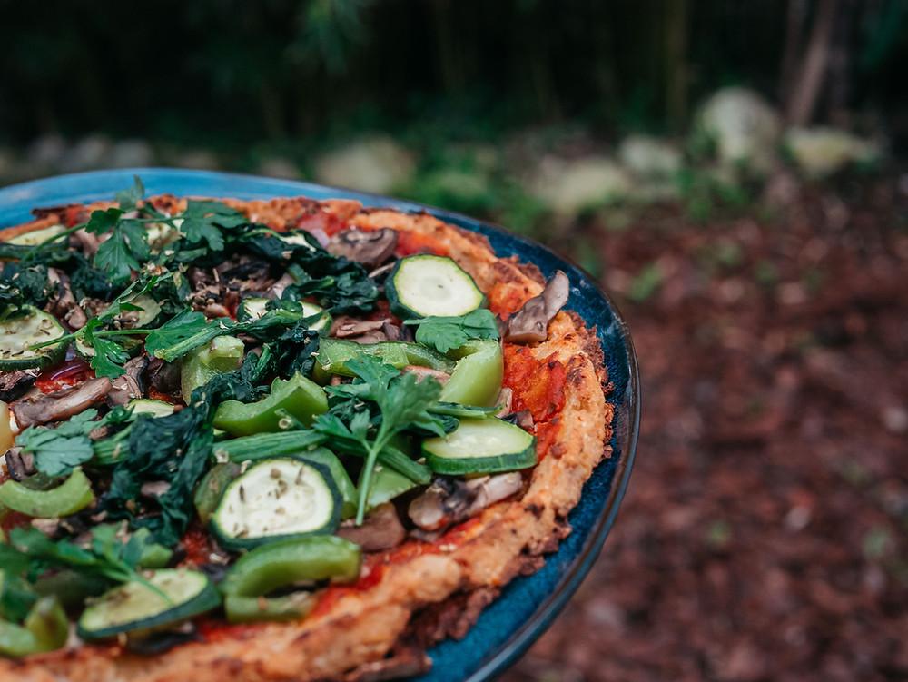 Une pizza végétarienne sans culpabiliser, c'est possible avec une pizza à base de pâte de chou fleur. Sans gluten, healthy (81 calories pour 100g comparé à 251 calories pour une version classique), cette pâte à pizza est parfaite pour les amateurs de pizza qui veulent se faire plaisir en mangeant sainement. Une recette végétarienne du blog de cuisine radis et compagnie avec cette pizza végétarienne healthy à base de chou fleur et une garniture vegan avec des légumes