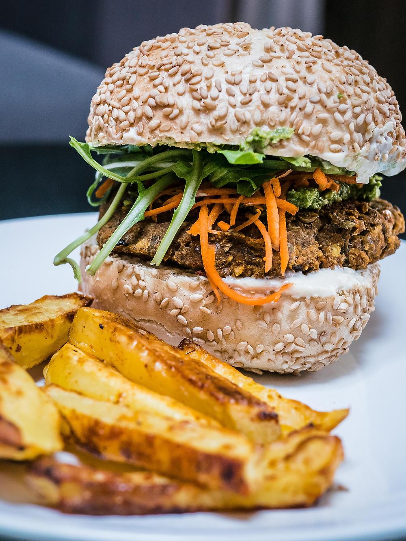 Une recette de radis et compagnie de burger vegan avec une galette de lentilles et tomates séchées, burger vegan et healthy. Frites au four maison, sauce mayo vegan, sauce blanche vegan, sauce burger vegan, burger healthy, une recette de burger végétarien avec une galette de lentilles vegan. Une recette du blog de cuisine végétarrienne radis et compagnie pour se faire plaisir avec un burger végétarien, sain et gourmand