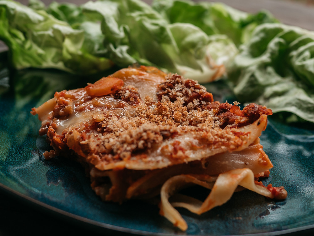 Lasagne à la bolognaise vegan, sauce bolognaise vegan aux lentilles accompagnée de sa sauce béchamel vegan. Une recette du blog de cuisine végétarienne de radis et compagnie pour déguster de délicieuse lasagnes végétariennes ou vegan si vous ne mettez pas de gruyère.