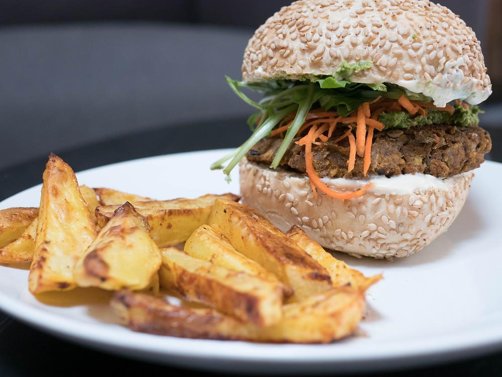 Une recette de radis et compagnie de burger vegan avec une galette de lentilles et tomates séchées, burger vegan et healthy. Frites au four maison, sauce mayo vegan, sauce blanche vegan, sauce burger vegan, burger healthy, une recette vegan sur le blog de cuisine végétarienne radis et compagnie. Un burger vegan avec sa galette de lentilles, une recette de cuisine vegan saine et savoureuse