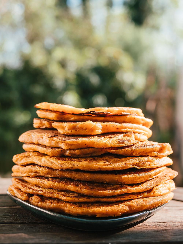 Une recette de pancake vegan, sans sucres, sans oeufs, sans lait, sans gluten, sans matières grasses. Une recette vegan de petit déjeuner vegan et healthy. Une recette vegan pour une collation healthy et vegan. Cette recette vegan de pancake à la patate douce est un franc succès. Parfait pour le petit déjeuner ou au gouter, cette recette végétarienne peut se préparer à l'avance. Le blog cuisine végétarienne et cuisine vegan radis et compagnie vous propose cette recette vegan de pancake vegan