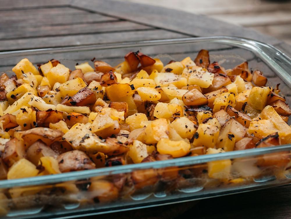 Pâtisson, excellent en gratin. nouvelle recette du blog de cuisine végétarienne radis et compagnie, un gratin de patisson. Comment cuisiner ce légume méconnu mais excellent. Un cucurbitacée de la famille des courges. Le patisson est excellent au four avec quelques pommes de terre. Cette recette vegan de patisson, très simple ne peut que vous régaler.