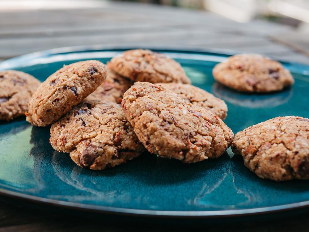 Une nouvelle recette vegan du blog de cuisine radis et compagnie, je vous reviens avec une recette vegan de cookie moelleux à l'okara d'amandes. Cookie sans gluten et au lait d'amande maison. Une recette vegan du blog de cuisine végétarienne radis et compagnie.
