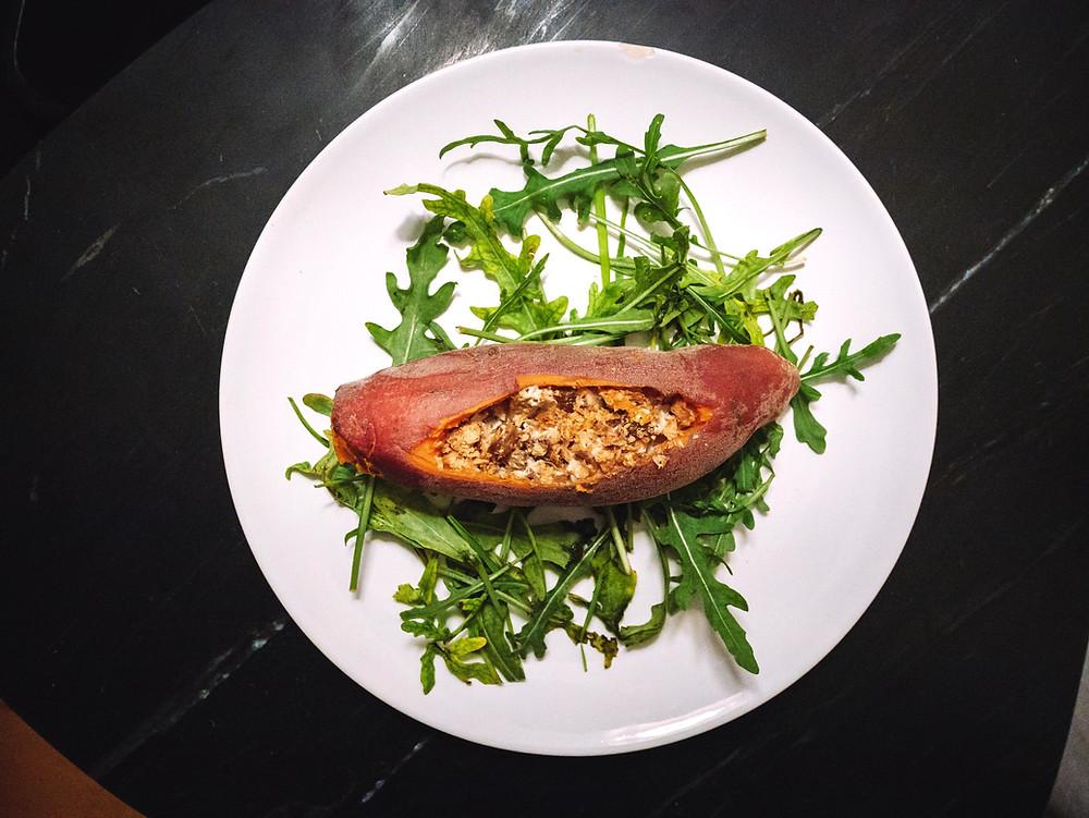 Nouvelle recette du blog de recette végétarienne et vegan, une patate douce farcie aux marrons et tofu fumé, vegan, sans gluten, ce repas léger aux saveurs gourmandes se marie parfaitement avec une petite salade ou des légumes cuits au vitaliseur