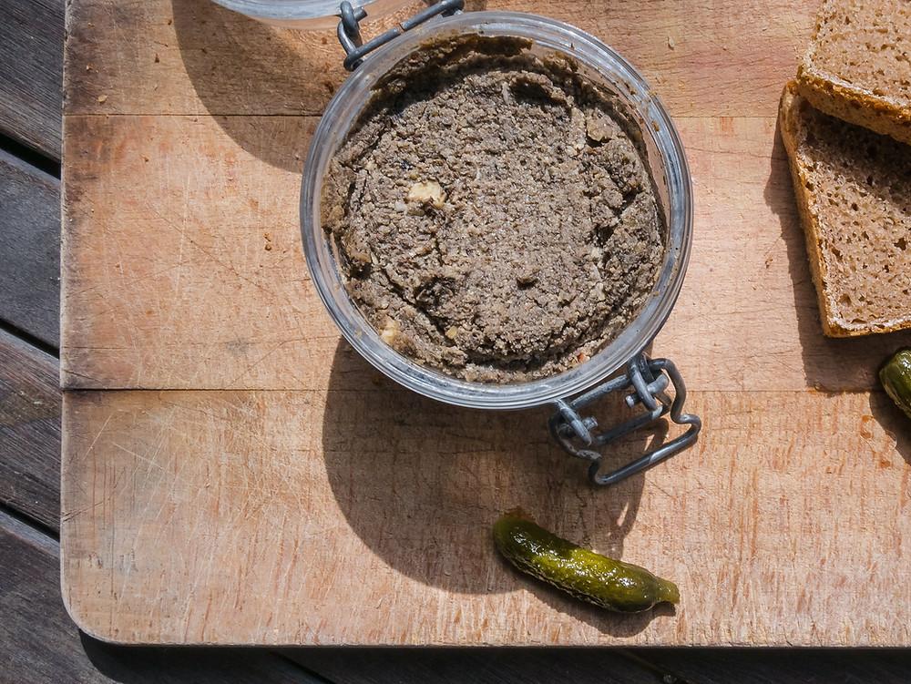 Cette recette vegan de pâté vegan vous comblera pour vos apéritifs entre amis ou en famille. Le blog cuisine végétarienne et vegan radis et compagnie vous propose ce pâté vegan parfumé. Une recette vegan