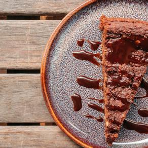 Brownie décadent vegan, sans gluten, sans lactose à la patate douce et sa sauce chocolat