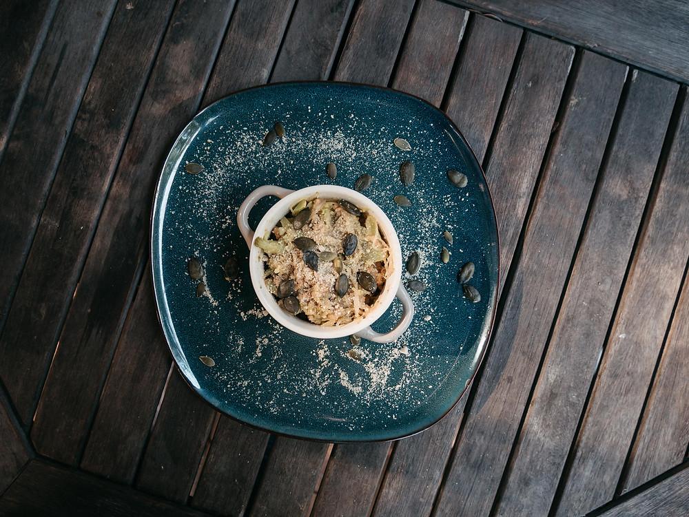 Nouvelle recette du blog de cuisine végétarienne radis et compagnie, une cassolette et poelée de légumes vegan avec de la courge spaghetti. Légumes d'automne par excellence, les courges se déclinent en plusieurs variétés et chacune renferme des éléments nutritifs et sont délicieuses. Ici je vous propose de cuisiner la courge spaghetti de façon vegan, à la poele avec des petits légumes et des protéines de soja pour un plat complet