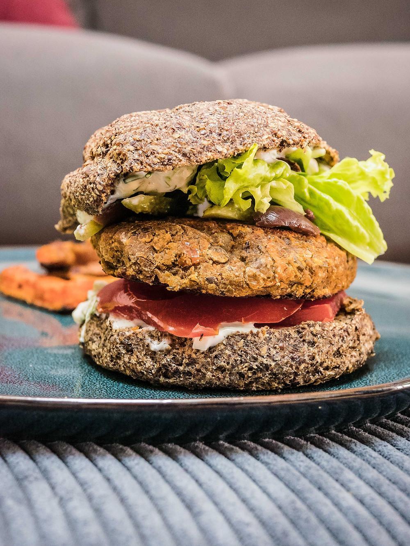 Une nouvelle recette du blog de cuisine végétarienne radis et compagnie : un pain burger sans gluten, IG bas, healthy, low carb et sans produits laitiers. Parfait pour faire un burger veggie healthy, léger et délicieux sans culpabiliser. Un pain burger sans gluten et veggie