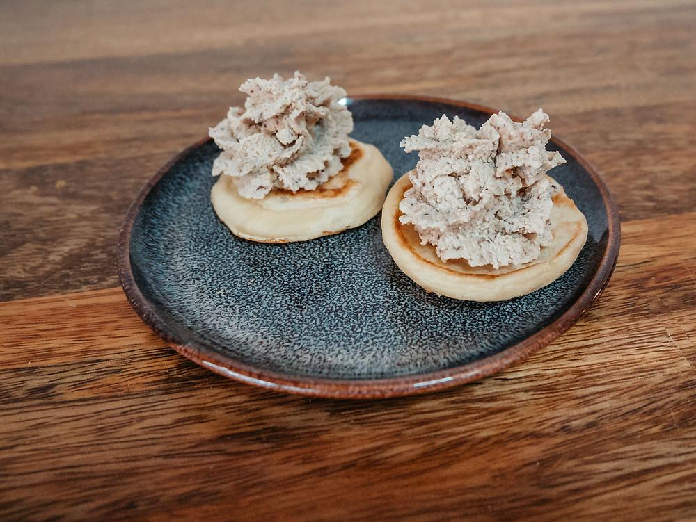 Mousse de champignon pour un foie gras vegan, le blog de cuisine végétarienne et vegan radis et compagnie vos propose un foie gras vegan pour un noel vegan et cruelty free. Une mousse de champignons pour remplacer le foie gras sur la table des fetes de fin d'année. Sans lactose, sans gluten, vegan et économique, ce faux gras sera parfait pour épater vos convives pour un noel vegan