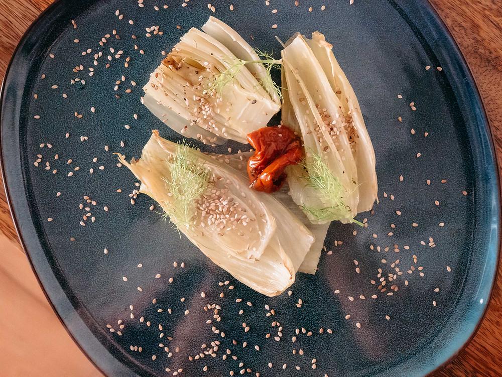 Le blog cuisine végétarienne radis et compagnie vous propose sa recette vegan de fenouils rôtis aux tomates séchées, accompagnés de quinoa ou sarrasin il fera un parfait repas complet et vegan pour le soir. Cette recette vegan permet de cuisiner le fenouil, un légume anisé qui s'adoucit avec le bouillon de légumes et les tomates séchées.