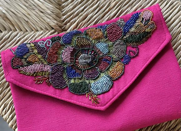 Cartera rosa tipo Clutch bordada con chaquira y cordón para colgarse