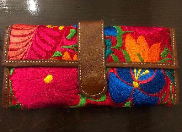 Billetera bordada de piel tejida en Chiapas