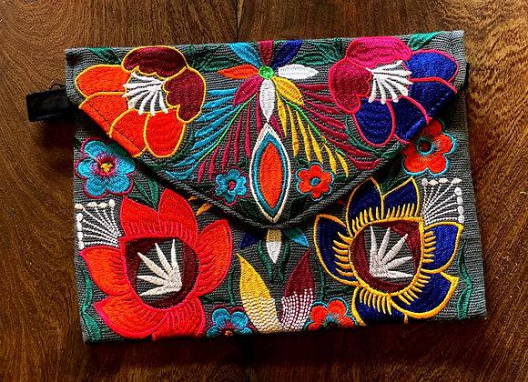 Cartera bordada a mano en Chiapas