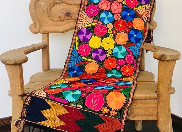 Camino de mesa bordado en Chiapas (8 pies)