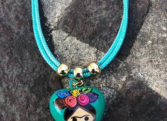 Collar con corazón de cerámica pintado a mano por artesanos Mexicanos