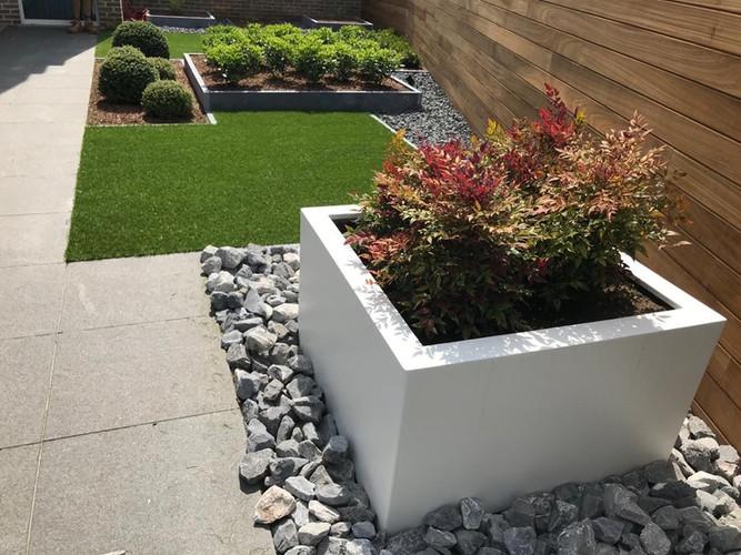 Kunstgras geïntegreerd in plantenbakken