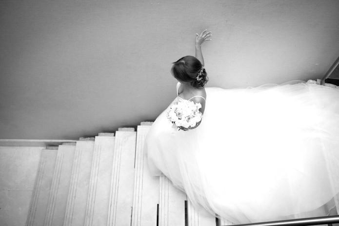 cola de vestido en escalera_edited.jpg