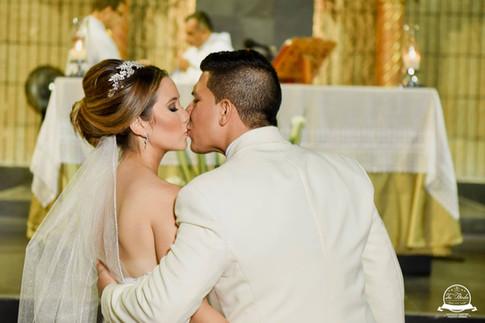Beso en iglesia