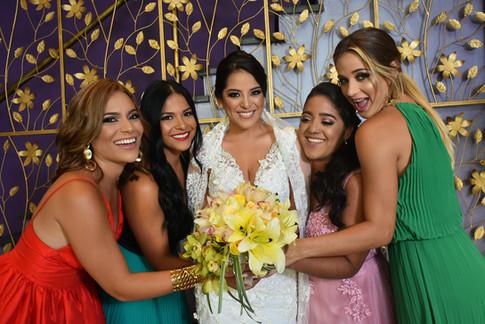 Novia con damas coloridas
