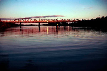 Sun_setting_on_the_Rail_Bridge_at_Murray
