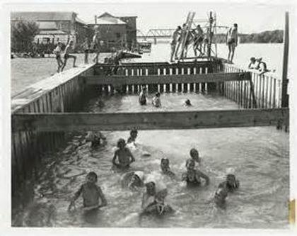 swimming-at-Murray-Bridge-1950.jpg