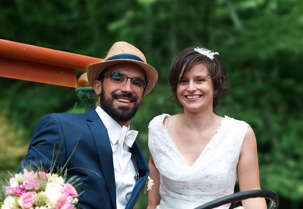 Photo mariage couple champêtre nature tracteur bouquet campagnard