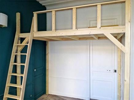 est un étage intermédiaire entre deux grands ou un espace généralement bordé d'un garde-corps et en surplomb sur la pièce principale.