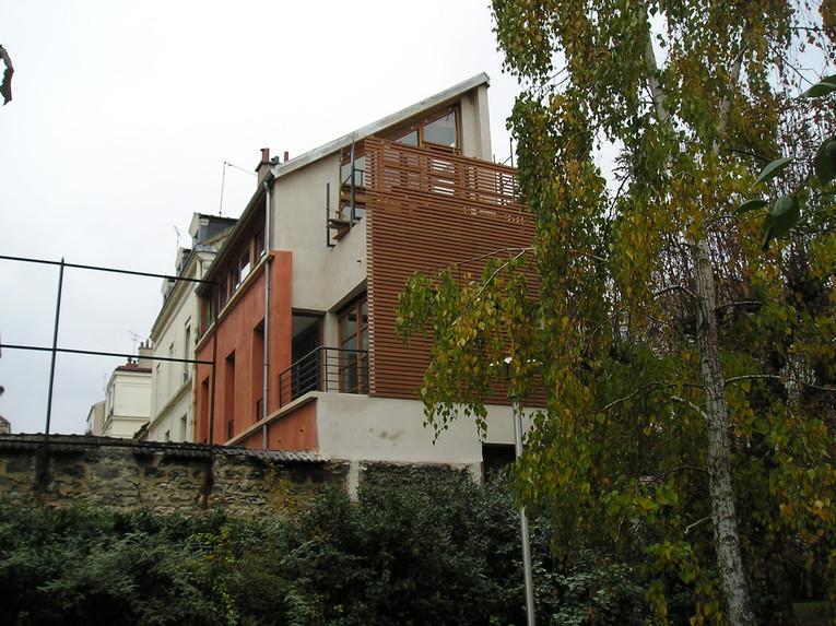 Maison de ville surélevée