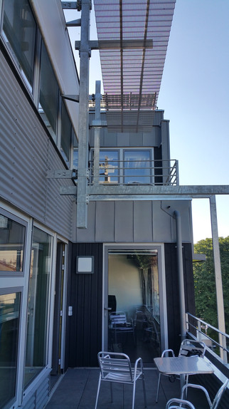 terrasse avec protections solaires