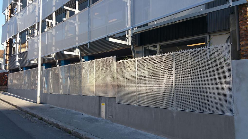 clôture en métal perforé