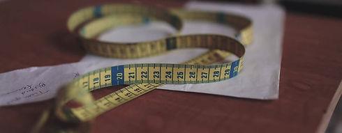 photographie d'un mètre ruban pour représenter la prise de commande particulière et sur mesure