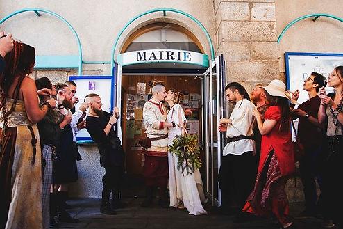 Photographie de clients prise durant leur mariage dans une tenue commandée à l'atelier argothe