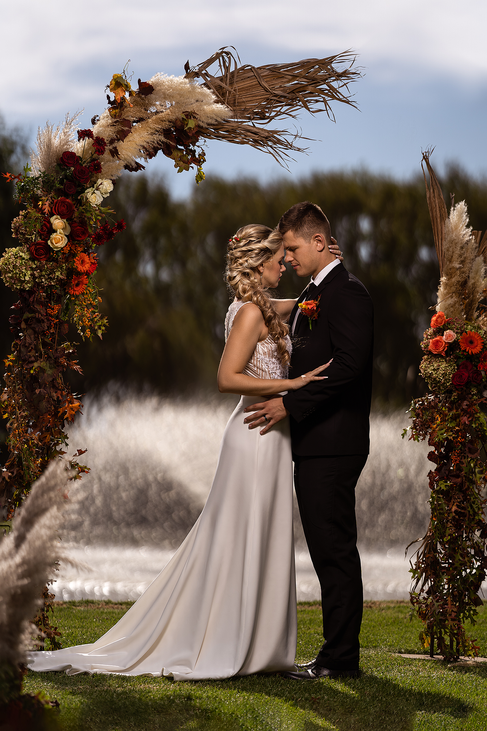 Bridal couple in front of the fountain on the beautiful Loch Lynne Estate outside Durbanville, Cape Town.