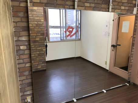 Bスタジオに鏡を設置しました